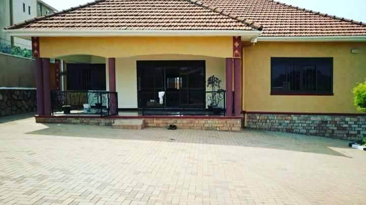 4 bedroom roof tile bungalow for sale in najjera at 350m for Houses for sale with attic room